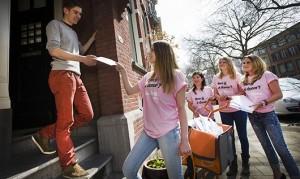 Jaap uit Rotterdam neemt eerste 18-jarigenbrief in ontvangst